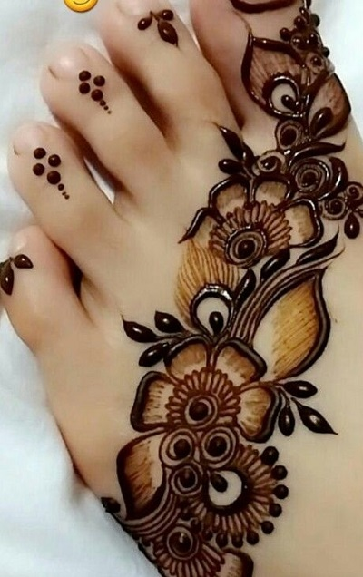 Arabic Foot Mehndi With Diagonal Floral Pattern
