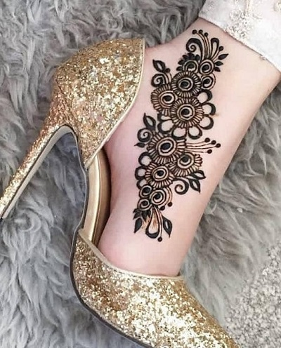 Stylish And Easy Foot Mehndi For Engagement