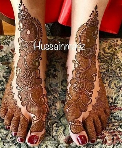 Very Intricate Diagonal Single-Row Mehndi Pattern For Brides